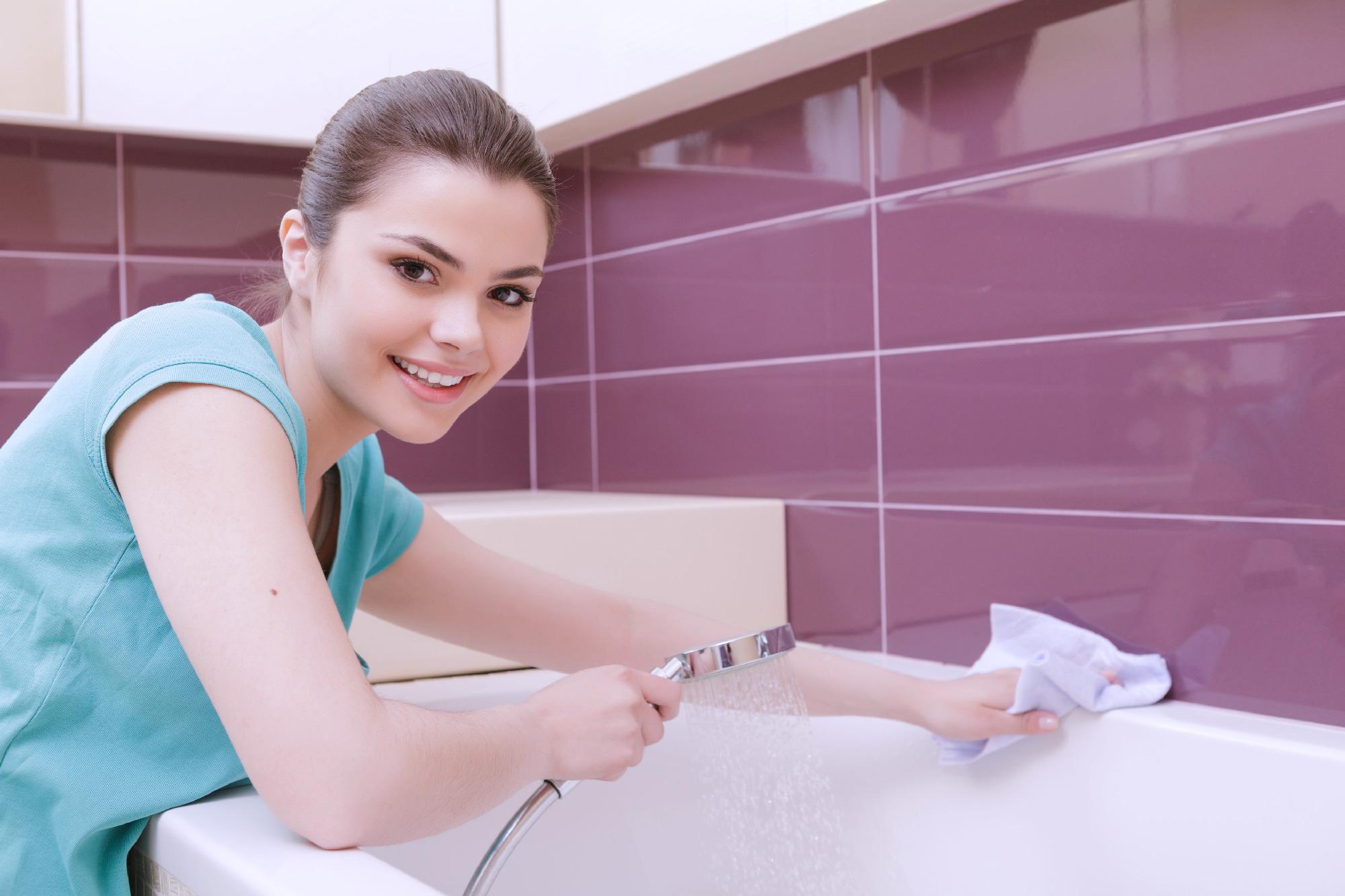 Auf die richtige Putzfrau kommt es an und dann ist auch ein Bad sauber.
