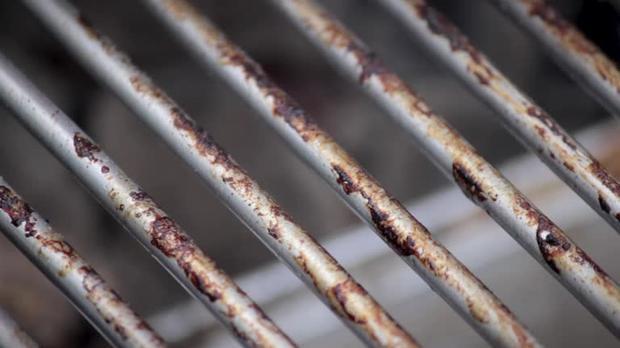 Grillrost reinigen – Tipp von der Putzfrau: